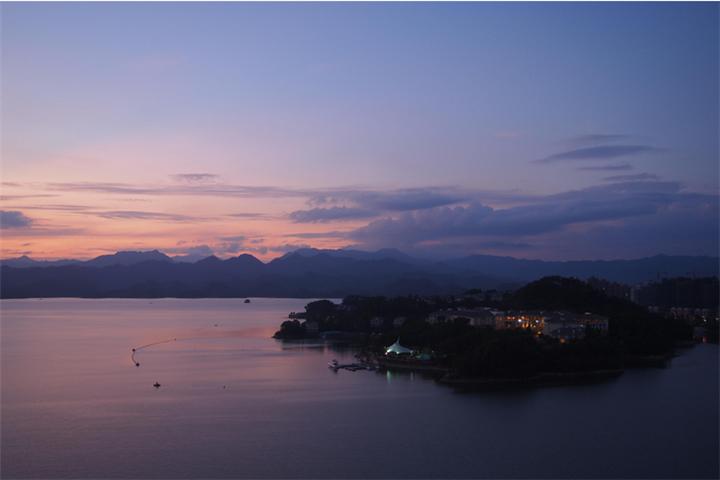 夕阳下的千岛湖