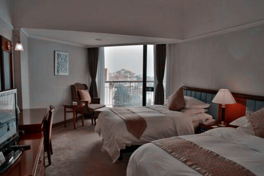 住2晚青岛汇泉王朝大饭店+酒店双人早餐+信号山公园门票2张,换个季节来青岛,给你一个意想不到的假期!
