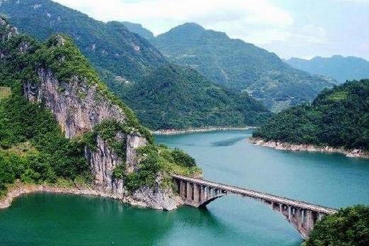 朝天吼漂流、三峡大瀑布2日巴士跟团游朝天吼漂流全长6.5公里,落差高达148米
