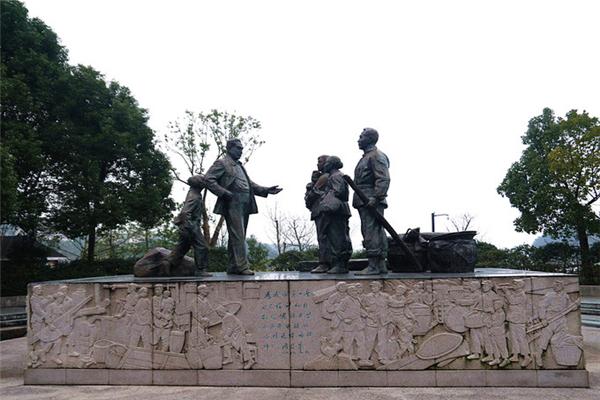 第三座牌坊后方是一组群雕