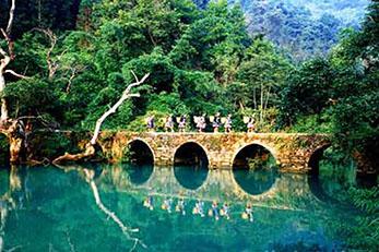 贵州黄果树、小七孔、西江、青岩古镇动车5日4晚深度游全程高端住宿,游览贵州经典景点;品特色风味餐
