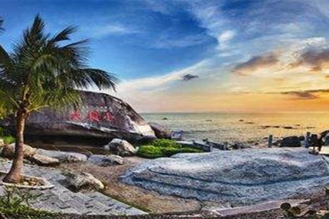 三亚双飞6日5晚自由行亚龙湾华宇度假酒店,每日自助早餐,有一大片海滩、园林礁湖泳池、儿童嘉年华乐园等,是全家玩乐的好去处。