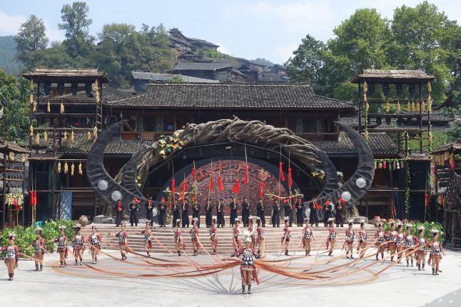 贵州黄果树瀑布、小七孔、西江苗寨动车5日跟团游[春节热卖]加送观看民族表演,含景区小交通