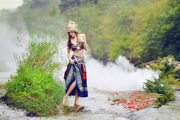 贵州黄果树瀑布、小七孔、西江苗寨5日动车跟团游吊脚楼观看少数民族歌舞表演,含景区小交通