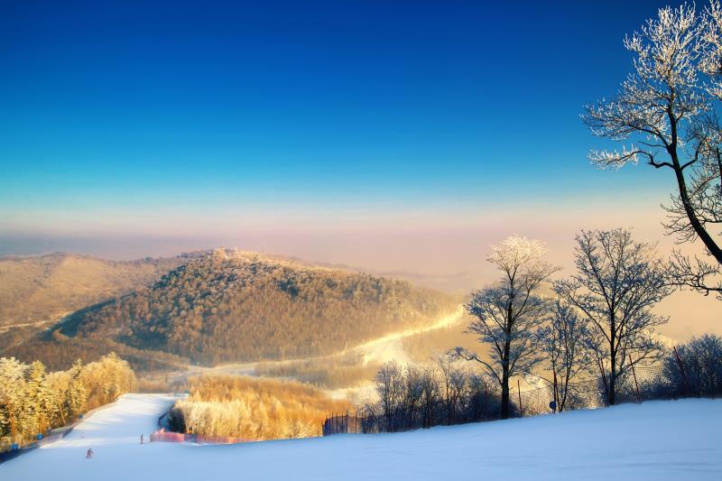 哈尔滨长白山万达度假区滑雪6日直通车跟团游领略东北2大核心目的地、畅享两日长白山度假区滑雪新体验