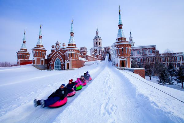 哈尔滨伏尔加庄园1日深度游赏俄罗斯歌舞表演,赠雪圈娱乐,越野滑雪,品伏特加酒,制作俄式面包、格瓦斯,俄罗斯文化为主题的城堡,异域风情的庄园