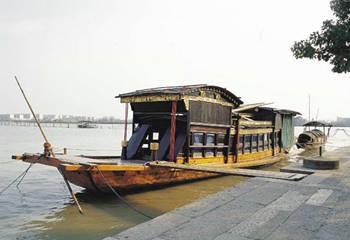 """""""一大""""会议转移到嘉兴南湖的一条游船上继续举行.图片"""