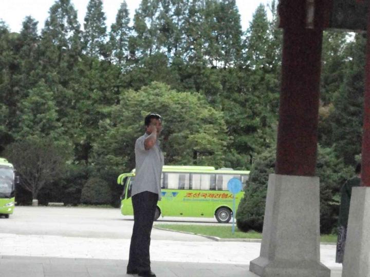 我们的导游李雪她父亲是朝鲜的高级军官,哪个军的不知道,但是是中校.