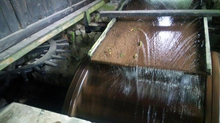 用水流的势能来舂米推磨.据说这是清代当地富商在家乡捐建的.富豪