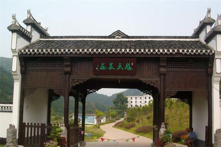 胜天农庄,坐落在武汉市黄陂区王家河街道境内,东临红岗山茶场,南接