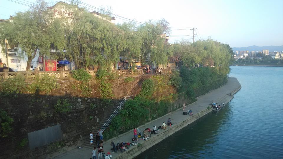 ,很多人在里面洗衣服钓鱼,还有在河边洗澡的   屯溪老街图片