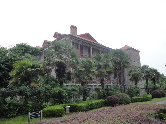 至少输入5个字 楼的外面东侧种植着棕榈树,和东面的博物苑植物园互相