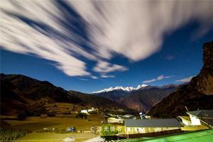 【我是达人】214国道滇藏线旁,桃源深处说打村里雪达湖,最美的梅里雪山倒影