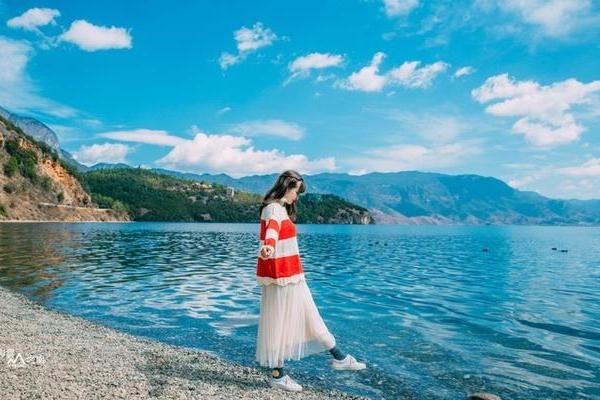 10月脚踏湖蓝天蓝的泸沽湖,等风也等你
