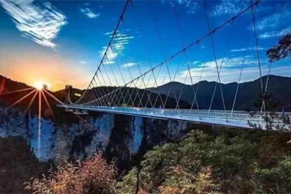 长沙、张家界森林公园、大峡谷玻璃桥、黄龙洞、芙蓉镇、凤凰古城巴士6日5晚深度游