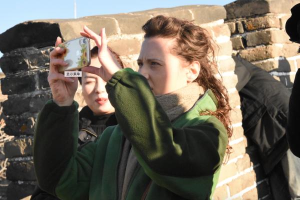 中国游客挤八达岭,外国游客逛慕田峪,谁的选择更明智?
