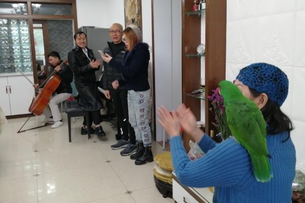 【新年輕度假】大提琴、鋼琴、吉他伴奏,家里的朋友聚會搞得好高端