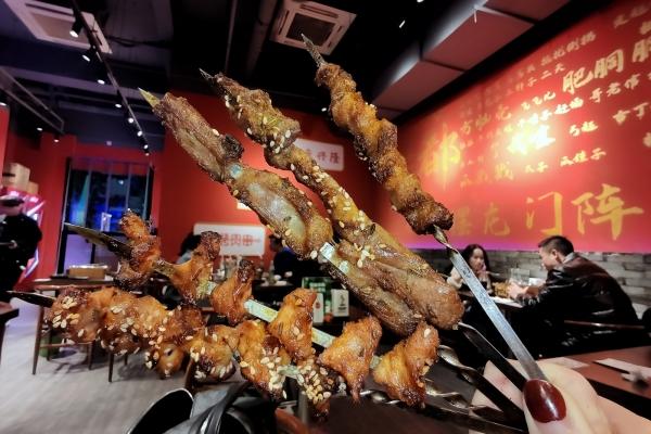 【新年轻度假】打卡成都最受欢迎烤串餐厅,ins风粉红焖烤桶盛产串串