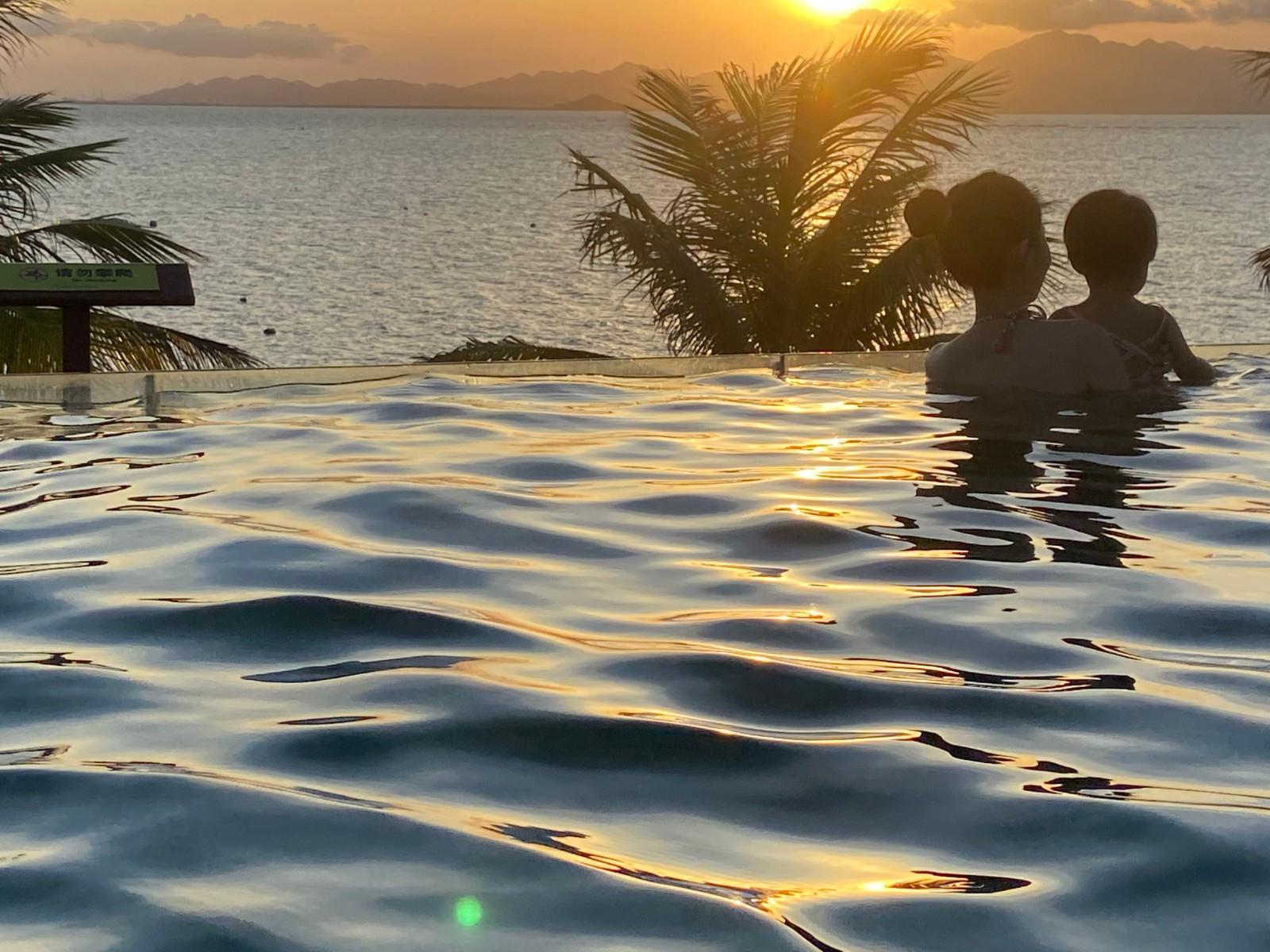 喝着椰子逛沙滩,泡着无边际泳池看海上日落,这才是夏天度假的标配