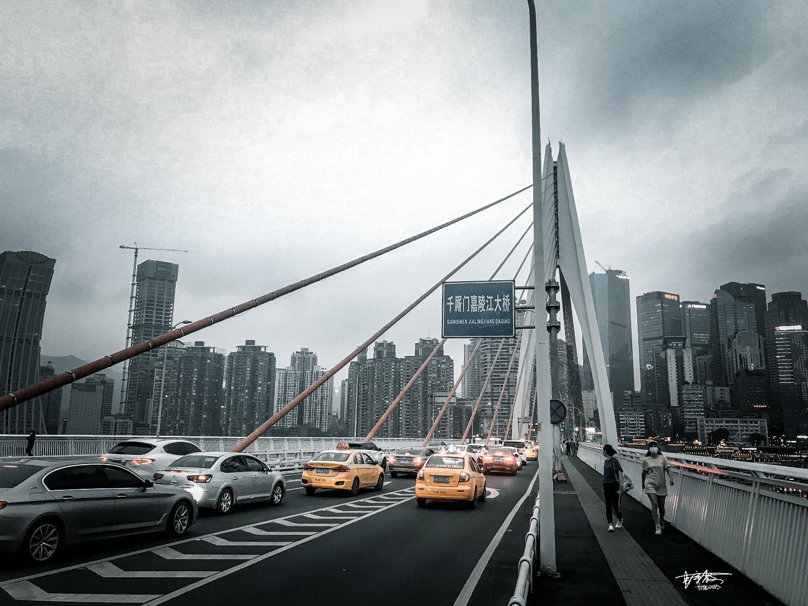 """【美图Pick计划】距离不过3公里,重庆这两座大桥却呈现""""冰火两重天""""的景象"""