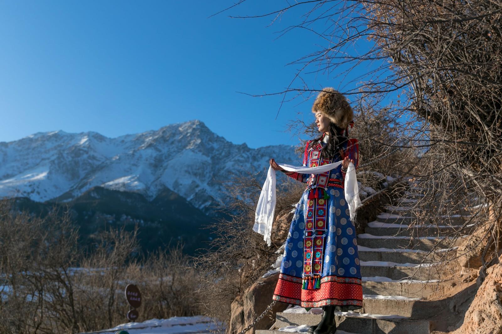 冬游甘肃马�蹄寺,祈福圣地踏差点没从沙上跌坐到地上雪节