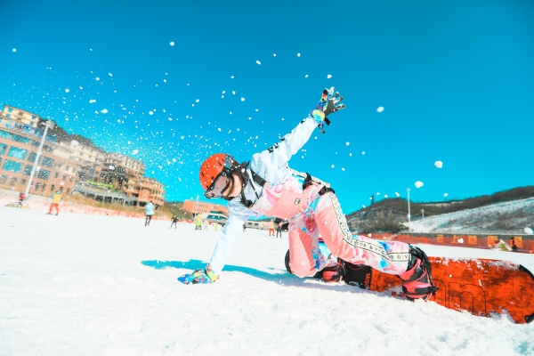 何必千里迢迢去东北?就在浙江也有滑雪好地方,还有洞穴酒店可以体验
