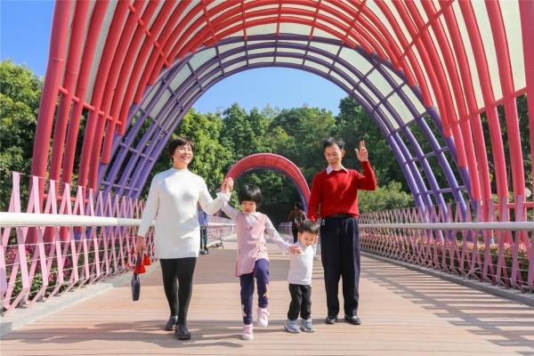 在广州的城市绿洲,一家三代人快乐童游