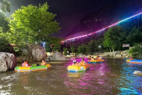 湖北宜昌朝天吼,晚上也能玩漂流,最精彩的是夜游