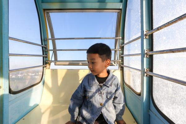 这座小城叫青州,这里有美丽的花海,人无寸高的山川